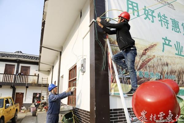 (唐福德摄)图为石门供电所苏国军正在现场检查安装工艺等问题.JPG
