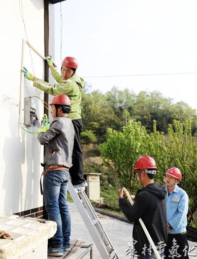 图为施工人员正在安装威宁供电局石门供电所最后一块集抄电能表.JPG
